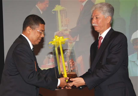 Tuan Syed Jamil Fadaak Syed Mahdzir Fadaak receiving the Award from Tan Sri Dato Sri Moh Hassan Marican President and Chief Executive Officer Petronas